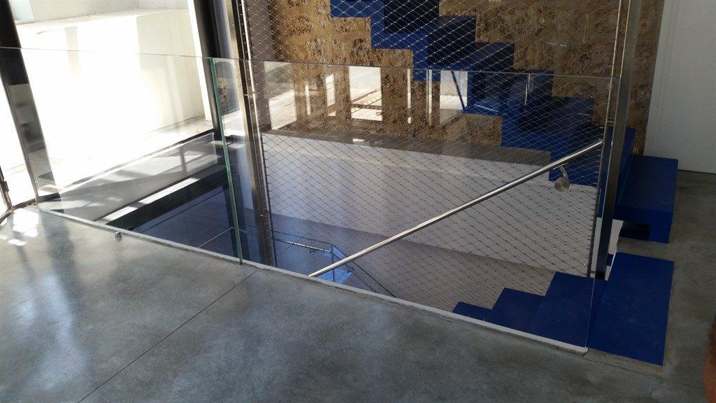 מעקות זכוכית למדרגות