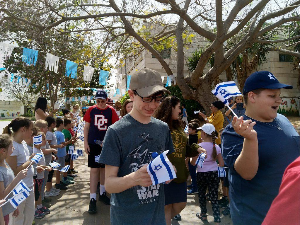 תלמידי שכבות א-ב מקבלים את האורחים בדגלי ישראל