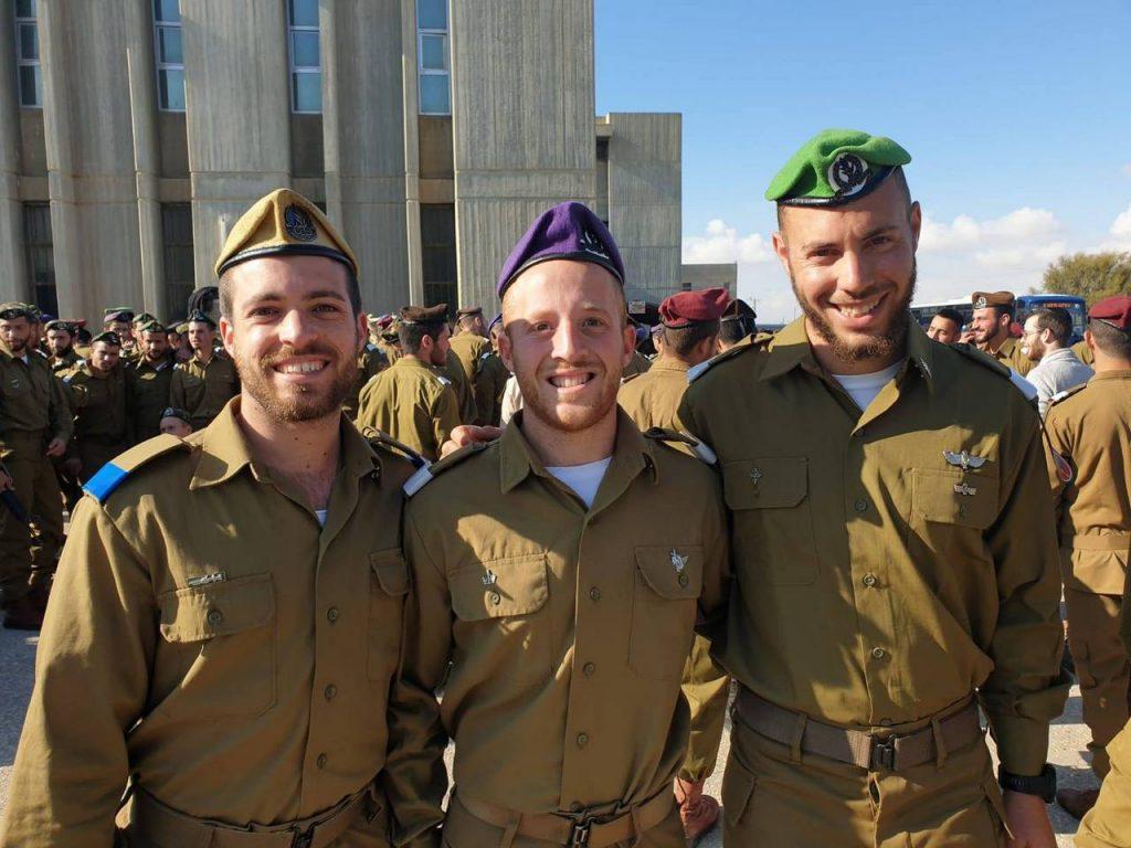 שלושה חברי ילדות סיימו יחד קורס קצינים