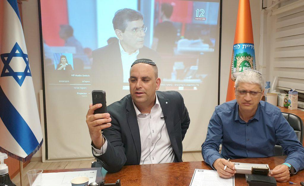 ראש העיר משיב לשאלות התושבים בעת השידור החי