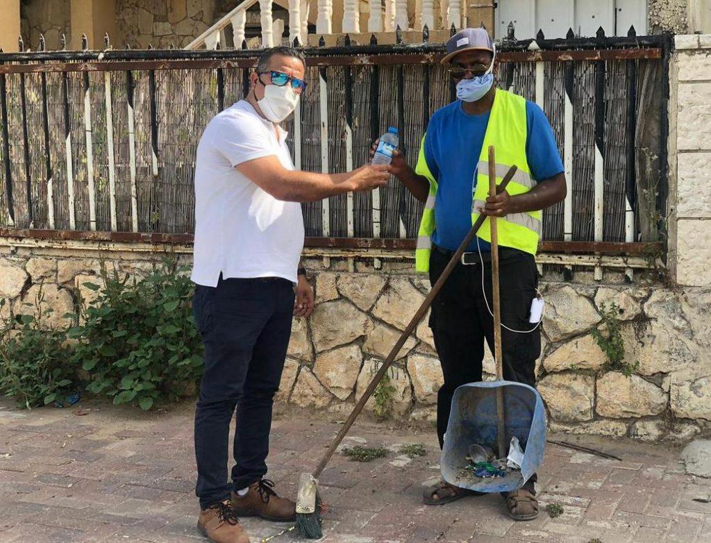 עובדי הניקיון בלוד שותים מים קרים והולכים מוקדם הביתה