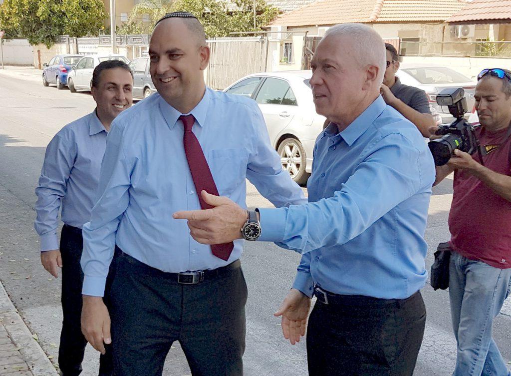 השר גלנט בעת ביקורו בלוד כשר השיכון, עם ראש העיר רביבו