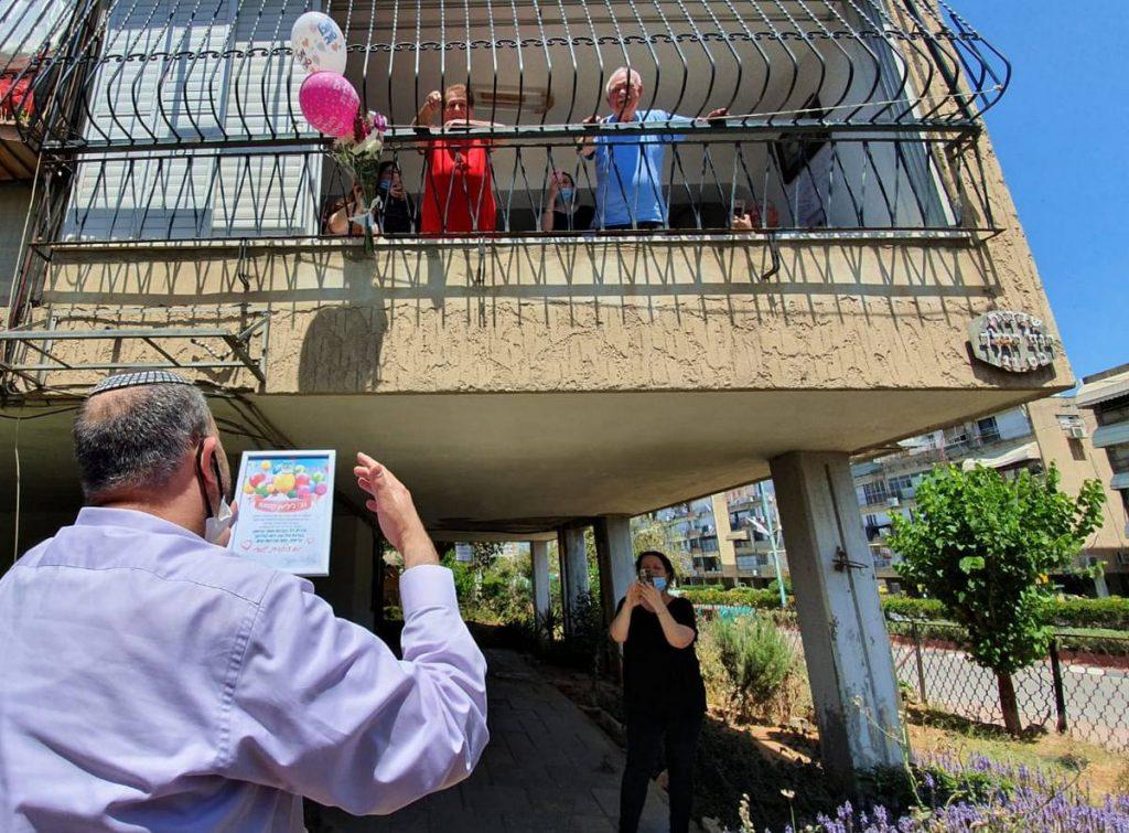 ראש העיר הפתיע אזרחים וותיקים ליום-הולדתם