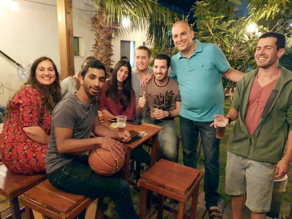ראש העיר הרים כוסית לחיים בפאב ה׳לודמילה׳