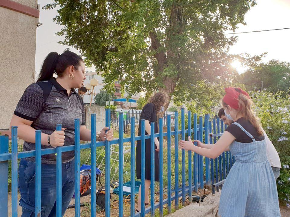 תושבים וסטודנטים פועלים יחד להתקנת הגדר