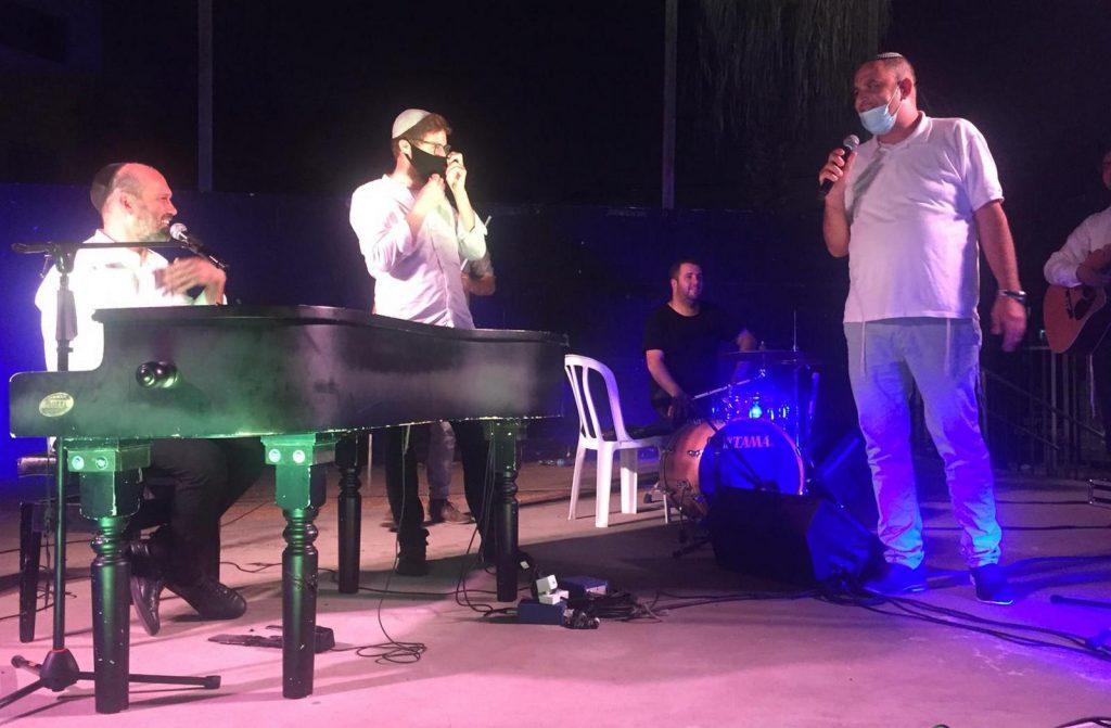 הזמר יונתן ראזל והחזן יצחק מאיר במופע סליחות מרגש בלוד