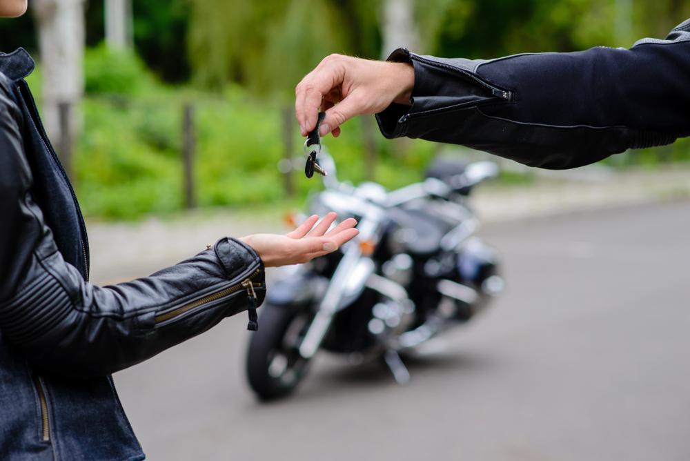 אם חיידק האופנועים תפס גם אתכם ולא בא לכם להוציא סכום עתק על אחד, יצרנו במיוחד עבורכם מדריך מקוצר שיעזור לכם לרכוש אופנוע משומש בצורה הנכונה והמשתלמת ביותר אבנר דגן בין אם החלטתם זה עתה שאופנוע הוא הדבר הנכון עבורכם או שכבר עברתם כברת דרך רצינית על שני גלגלים, רכישת אופנוע מיד שניה היא אמנם תהליך מעט מורכב שיש לבצעו נכונה אך גם כזה שיחסוך לכם עשרות אלפי שקלים לעומת רכישת כלי חדש. בכתבה הבאה נעשה קצת סדר ונשאל את השאלות שיסייעו לכם לבחור באופנוע שמתאים עבורכם במיוחד – בין אם מחיפוש בלוחות יד שניה או מסוכנות המתמחה בטרייד אין של אופנועים, וכמובן – בכזה שעומד בתקציב שהגדרתם. עוד לפני כן, חשוב להדגיש את חשיבות העבודה לפי שלבים ברכישת אופנוע משומש. בעוד שקל להתפתות לרכישת אחד שאולי יעמוד בתקציב אך לא ישאיר לכם כסף מיותר ליישור קו מכני, או שיתגלה בסוף שכלל אינו מתאים לסגנון הרכיבה היומיומי שלכם, אנו ממליצים לכם לא לקפוץ על כל הצעה כאחוזי טירוף אלא רק לאחר בדיקה מסודרת הכוללת מספר שלבים. אז שנתחיל? איזה אופנוע בא לכם? כבר מזה כמה שנים שאתם חולמים על האופנוע המושלם. בין אם מדובר בכזה לשטח, אדוונצ'ר או במכונת כביש טהורה, לחלומכם יש משמעות בשלב הראשוני של בחירת האופנוע, לפחות מבחינת הכיוון. כמובן שמומלץ לחשוב על שילובו בחיי היומיום שלכם אך תחילה יהיה עליכם להתמקד בזיקוק האופנוע שבו אתם מעוניינים. מה מתאים לכם באמת? כאן הנושא הופך למורכב יותר שכן עליכם להוריד את הפנטזיה אל הכביש, להתאימה לסוג רישיון הרכיבה שברשותכם ולבדוק איזה סוג אופנוע ישרת אתכם בצורה המיטבית בחיי היומיום, או לפי סוג השימוש שלמענו הוא נרכש. יש להתייחס לסוג הנסיעות שהאופנוע יבצע, קילומטראז' צפוי, רכיבה עירונית או בין-עירונית, מידותיכם ביחס לאופנוע והאם יהיה צורך בכזה שמתאים להרכבה והעמסת ציוד. כל אלה יסייעו לכם לבחור סגנון מדויק של האופנוע הרצוי. הגדרת תקציב ואופן הרכישה זהו החלק המשמעותי בתהליך הרכישה. כדאי לזכור כי במסגרת התקציב שברשותכם תתבצע קניית האופנוע, התאמתו לצרכיכם ולרוב גם ידרשו כמה תיקונים או לפחות טיפול בסיסי עוד טרם תחילת השימוש בו. רוב הסוכנויות למכירת אופנועים מיד שניה אינן מטפלות בכלים שמצבם רעוע ומכאן שיתכן ובמקרה זה, יהיה מומלץ עבורכם לשקול דווקא רכישה של אחד בעסקת טרייד אין גמישה במקום לנס